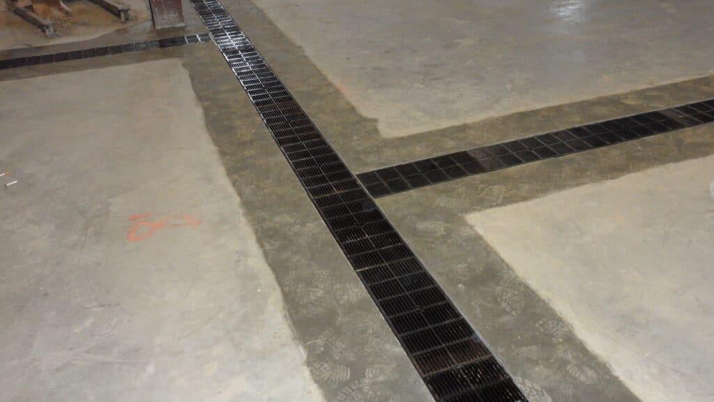 Flat wet process floor trench drain