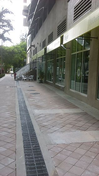 Retail sidewalk trench drain